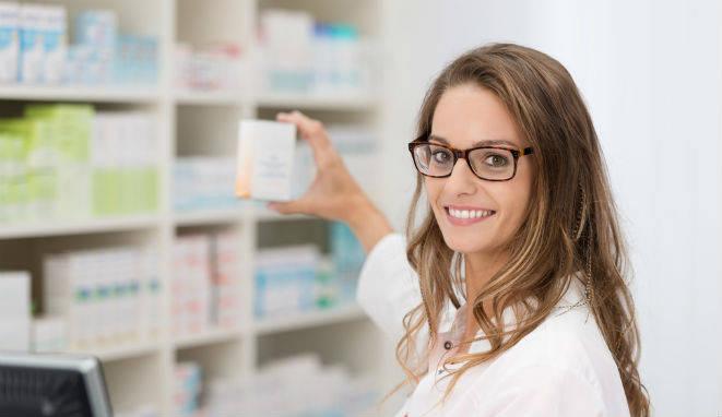 Una farmacéutica, en sus tareas diarias