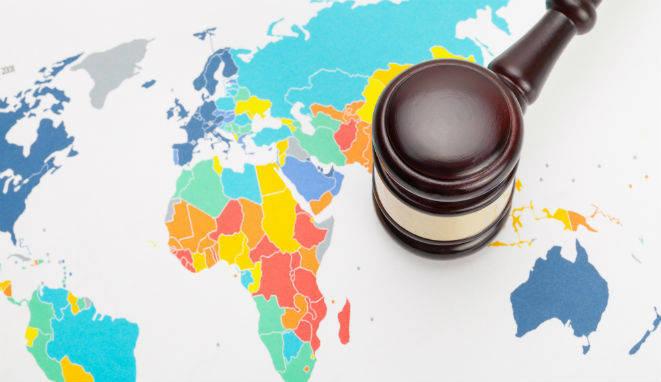 Si estás estudiando Derecho o ya te has graduado y estás pensando en especializarte, desde UNIR te explicamos cómo ser abogado internacional.