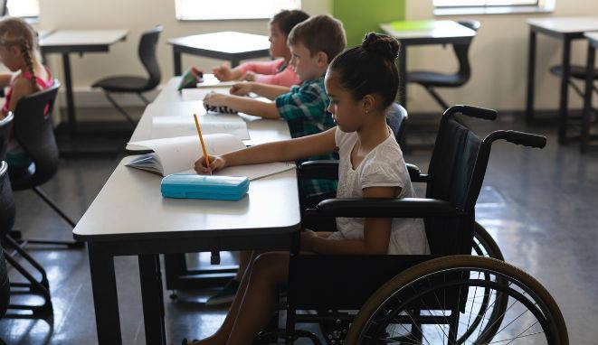 fotos aula infantil con niño con silla de ruedas