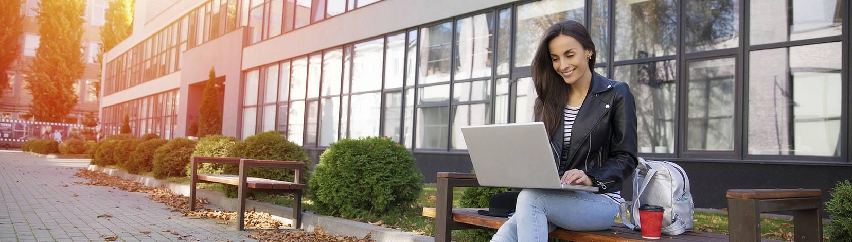 Una joven revisa su ordenador