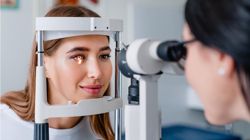 refractiva laser; una oculista revisa el ojo de una paciente