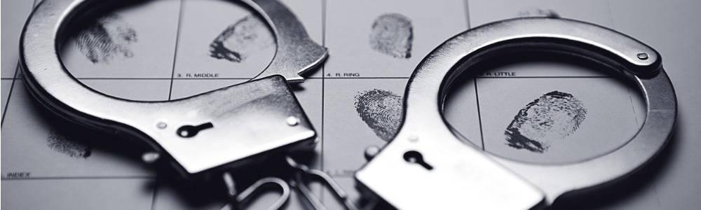 asociación diferencial criminología; esposas sobre tarjeta de huellas