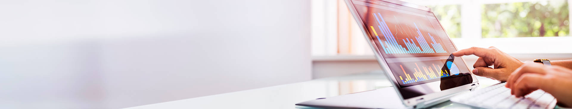Ecommerce, KPIs, viendo datos en un portátil en un despacho blanco