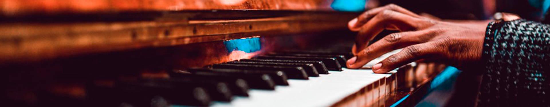 Máster en Interpretación y Composición de Jazz y Música Moderna; la mano de un hombre negro tocando el piano