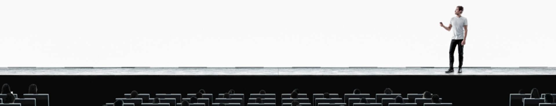 Oratorio; un hombre sobre el escenario gesticulando